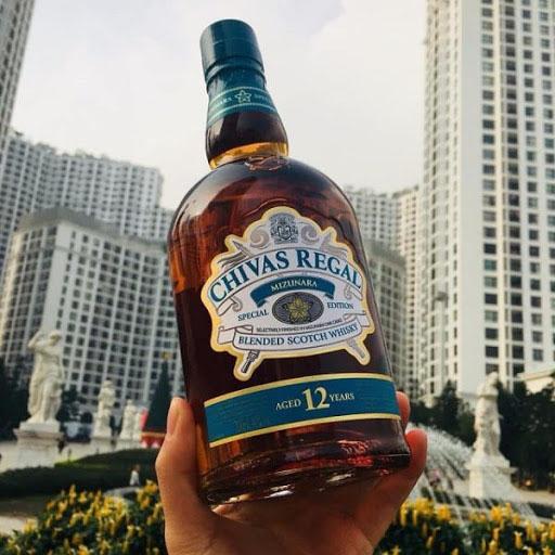 Rượu Chivas Regal 12 Mizunara xanhhay còn được gọi làChivas Regal với nồng độcồn 40% rất phù hợp với gu uống whisky của người Á Đông như Nhật Bản và Việt Nam.