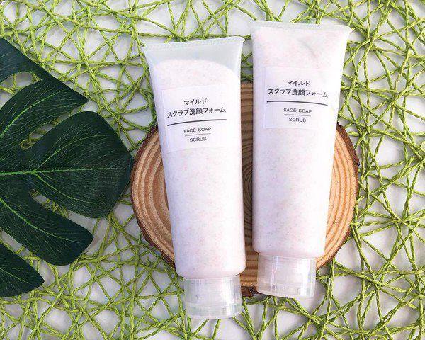 Với thành phần được chiết xuất hoàn toàn từ thiên nhiên, sữa rửa mặt Muji hạt Face Soap Scrub không chỉ lành tính đối với làn da của người sử dụng mà còn có công dụng tẩy sạch hết tế bào chết, bã nhờn, bụi bẩn bám trên da một cách hiệu quả.
